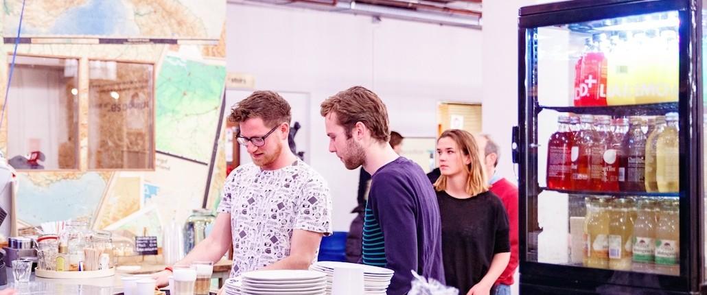 Oliver van Nameshapers overleg met koffie bij B.Amsterdam op kantoor (foto: Mike Breeuwer)