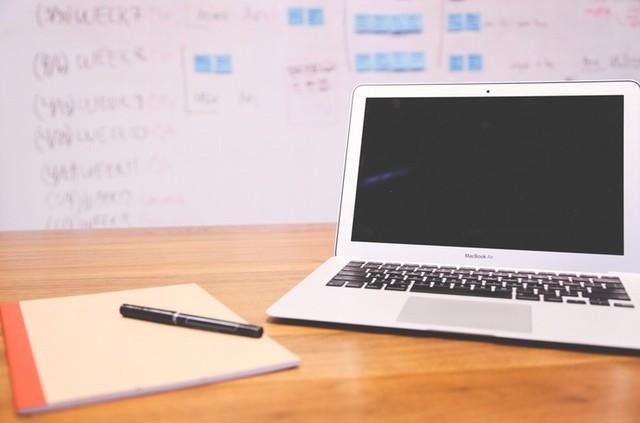 training social media als één-op-één coaching met laptop macbook air en pen en papier
